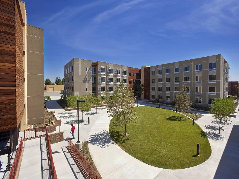 Zakwaterowanie na obozie językowym w Los Angeles - akademik na kampusie Northridge California State University