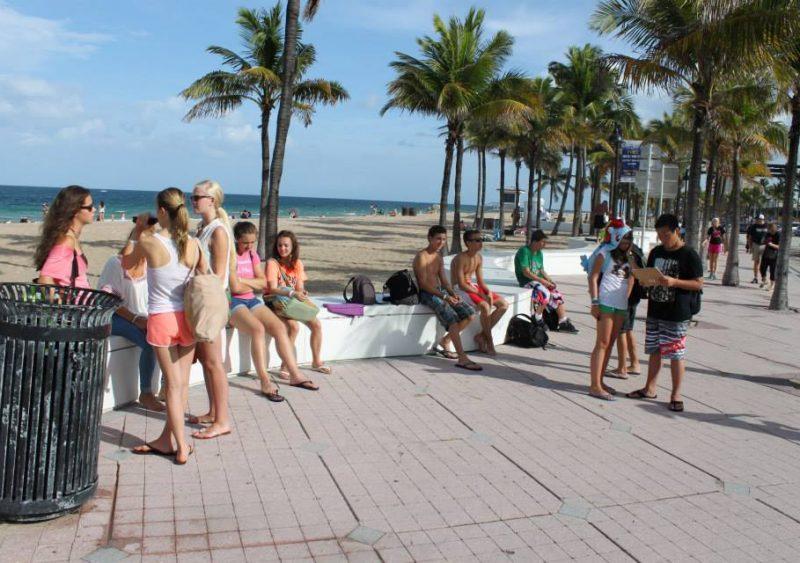 Uczestnicy obozu językowego na plaży na Florydzie